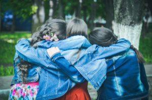 teenager che si abbracciano